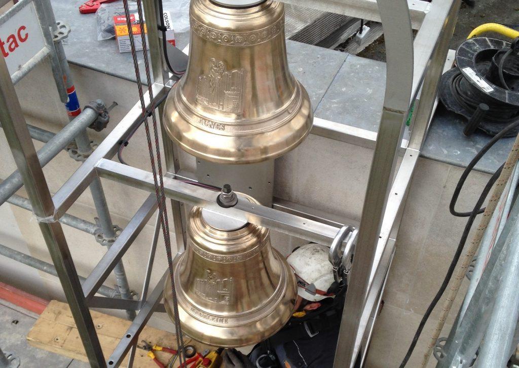 Installation de cloches dans le campanile de l'église Notre-Dame-des-Foyers à Paris 19e.