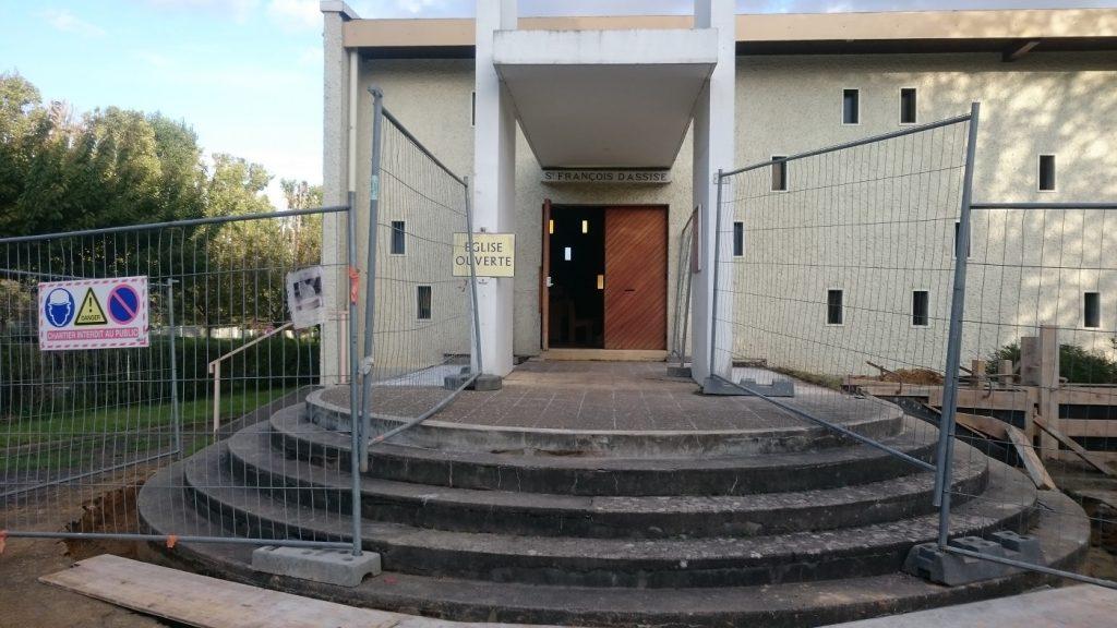 Plusieurs marches rendent difficile l'accès à l'église Saint-François-d'Assise à Antony