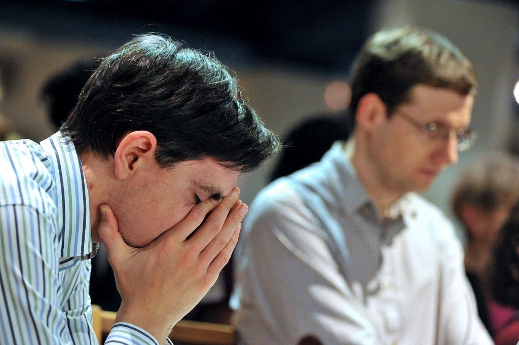 jeune-homme priant
