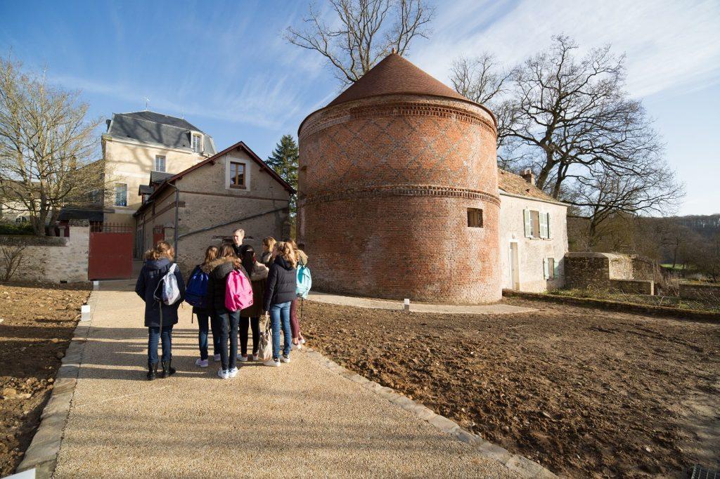 Des jeunes devant le pigeonnier de Notre-Dame-de-L'Ouÿe