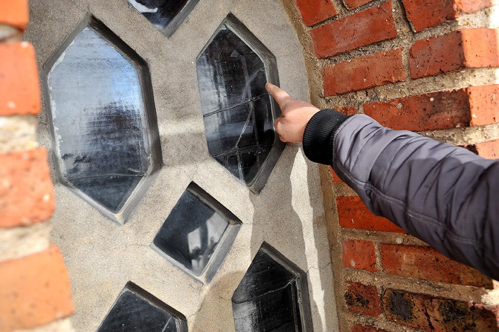 Les vitraux en dalle de verre sont restaurés au cours de ce vaste chantier.