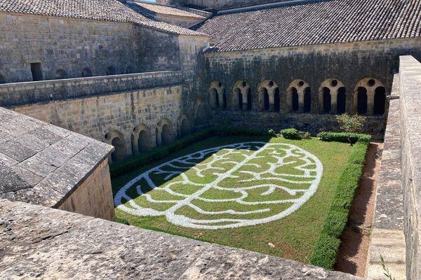 vue du cloitre de l'abbaye