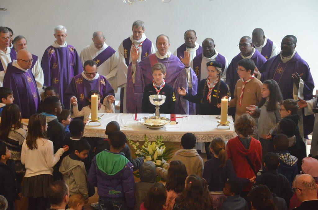 Des scouts, durant la messe de consécration