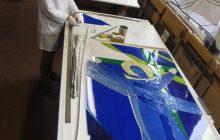 Début du sertissage au plomb du vitrail aux ateliers Loire