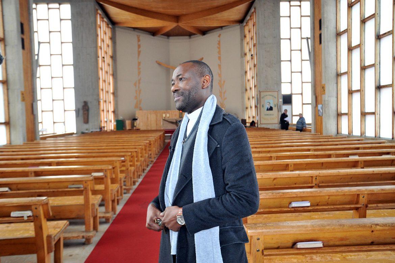 Le père Achille Dzeboua Waffodans son église