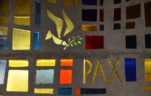 Vitrail représentant, la paix dans l'église Saint-François-d'Assise