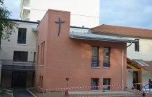 Façade avec croix visible, du centre paroissial Saint-Jean-Paul-II à Colombes