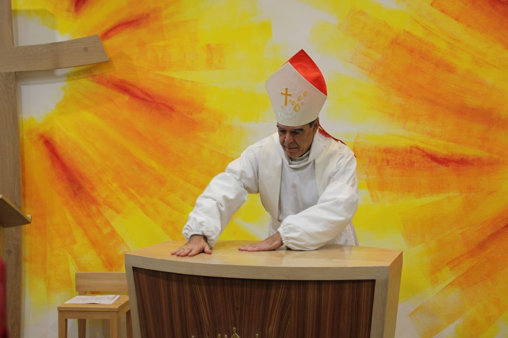 Mgr Michel Aupetit, évêque de Nanterre, en train d'oindre d'huile l'autel de l'oratoire