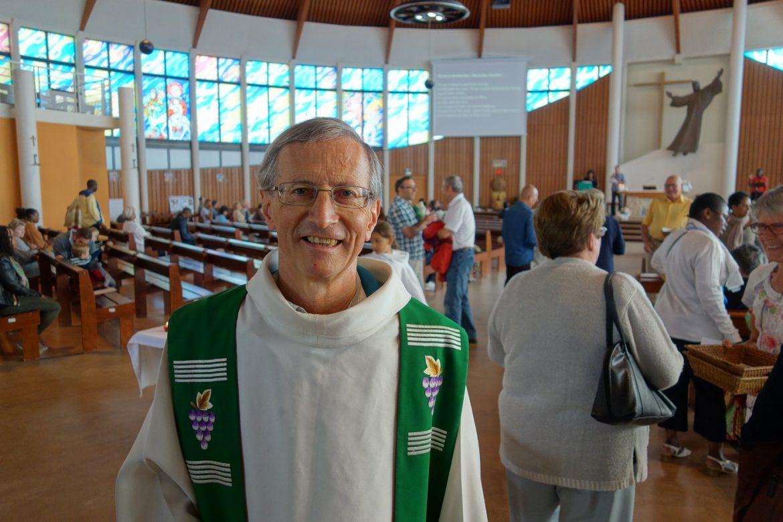 Le curé de la paroisse, le père Dominique Fontaine