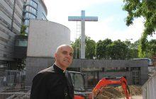Le curé de la paroisse, le Père Gilles de Raucourt