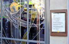 Le vitrail de Saint-Bernard du Montparnasse, réalisé par Jacques Loire, avec le panneau des horaires de messe