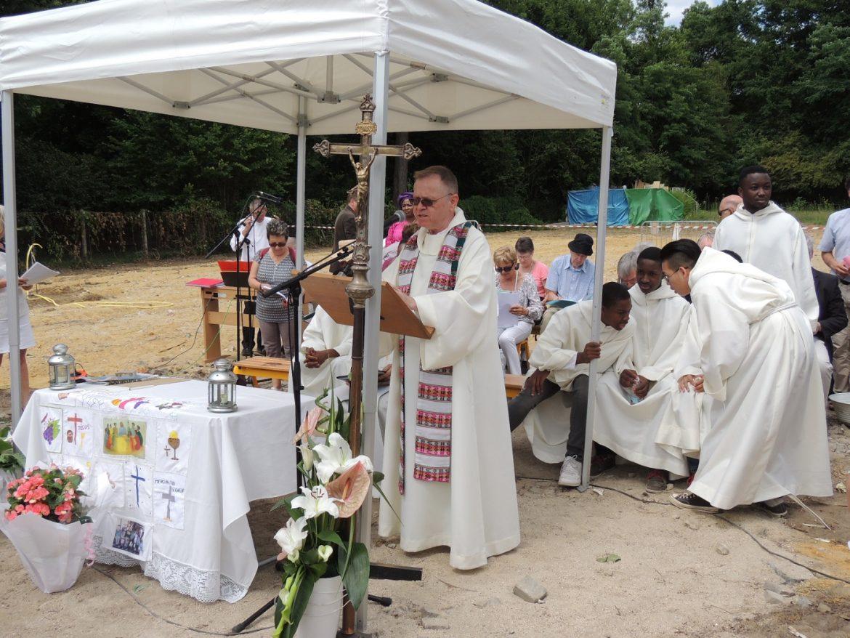 pose père Piotr Andrzejewski