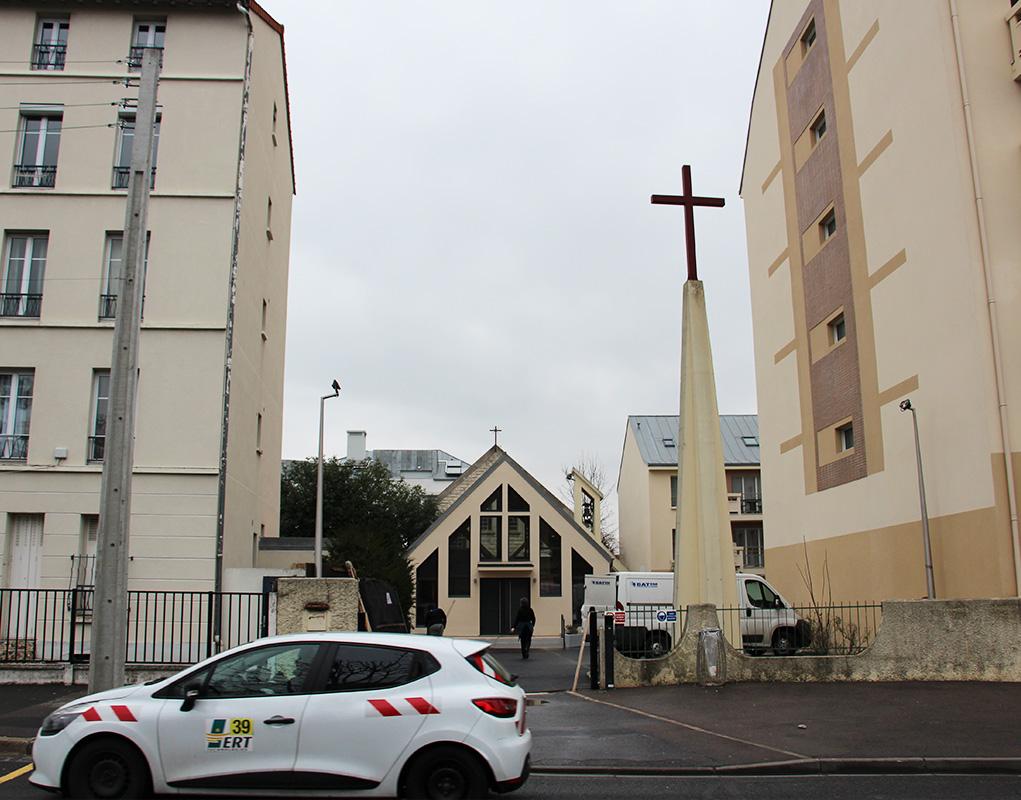L'église de Limeil-Brévannes est située entre deux immeubles.