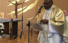 Le père Jacques Nziendolo, curé de la paroisse.
