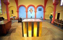 Autel dans l'église Saint-Joseph-des-Quatre-Routes rénovée
