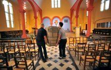Pose de l'autel dans l'église Saint-Joseph-des-Quatre-Routes rénovée