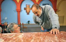 L'artiste et le curé devant le nouvel autel