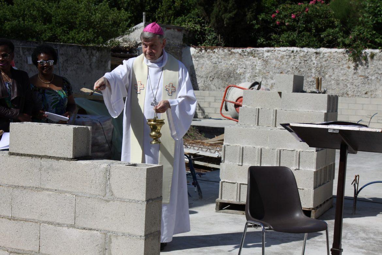 évêque pose pierre