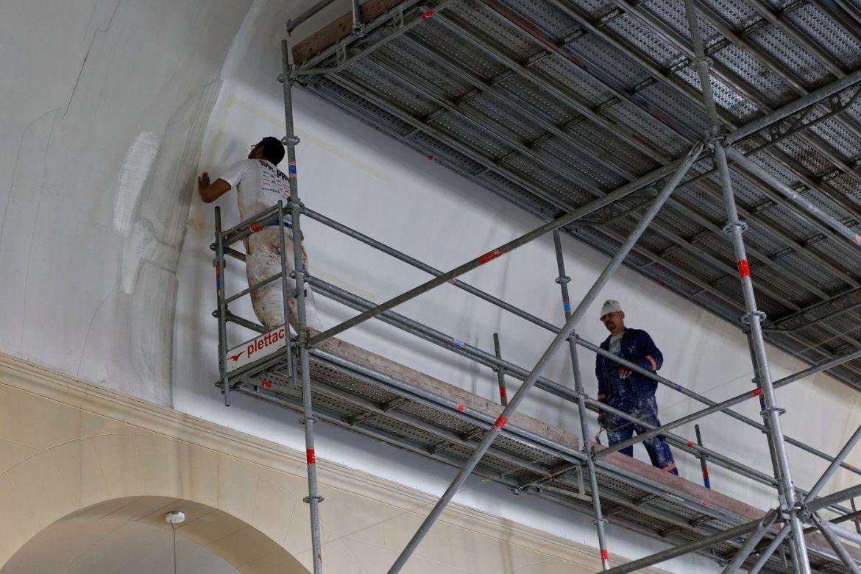 Peintres dans l'église Saint-Joseph-des-Quatre-Routes en travaux