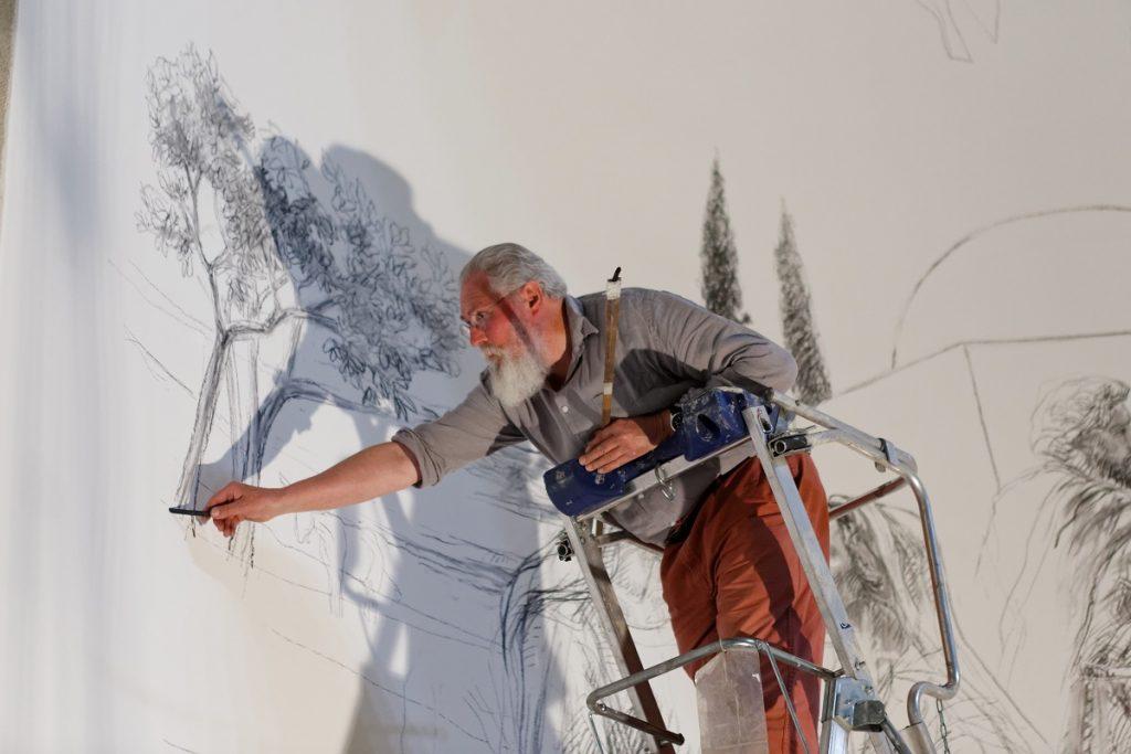 Jean-Louis Sauvat dessinant les grisailles.