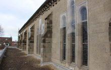 Des protections provisoires en plexiglass ont été installées sur les vitraux hauts.