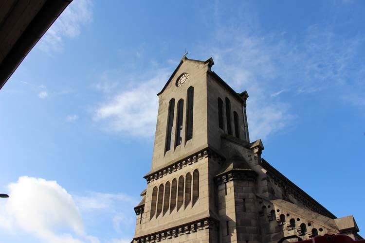 Le clocher en base carré mesure 18 mètres de hauteur.