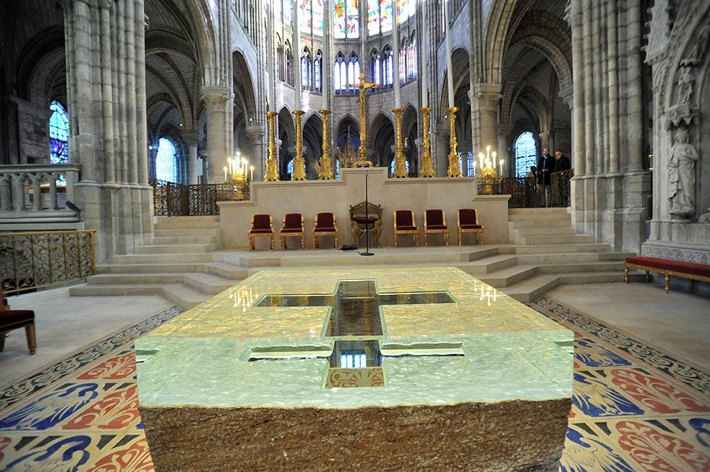 Le nouvel autel de la basilique cathédrale de Saint-Denis, ouvre de Vladimir Zbynovsky, consacré le 14 janvier 2018.