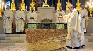 Un autel de pierre et de verre dans la basilique de Saint-Denis