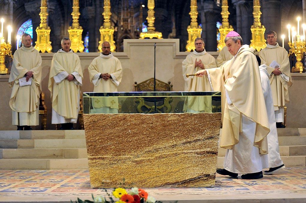 Consécration de l'autel de pierre et de verre dans la basilique de Saint-Denis