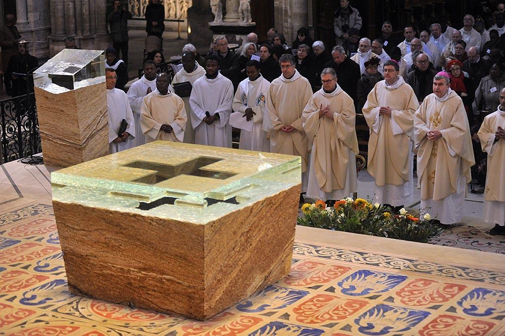 14 janvier 2018, consécration du nouvel autel de la basilique cathédrale de Saint-Denis, œuvre de Vladimir Zbynovsky.
