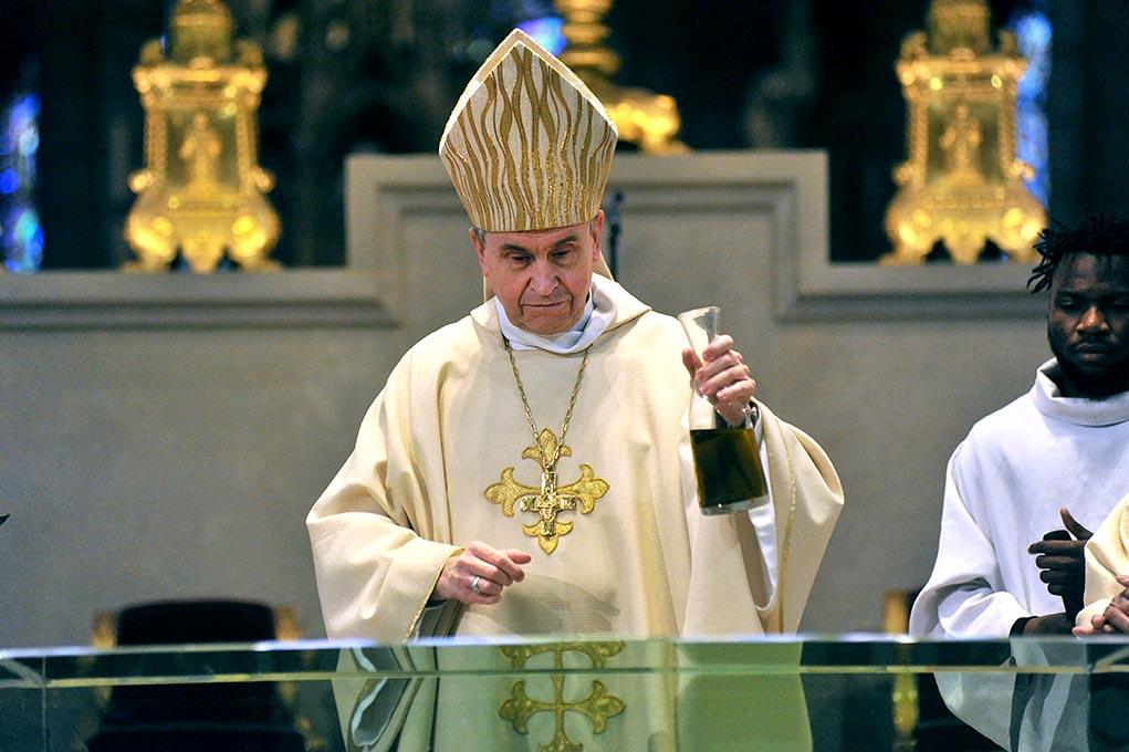 14 janvier 2018, Mgr Pascal Delannoy verse l'huile sainte sur le nouvel autel de la cathédrale basilique de Saint-Denis.