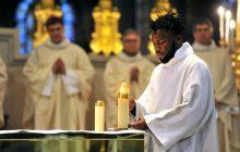 14 janvier 2018, lors de sa consécration, le nouvel autel de la cathédrale basilique de Saint-Denis est illuminé.