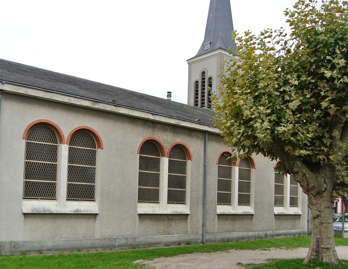 La cour de l'église avec son clocher bien reconnaissable