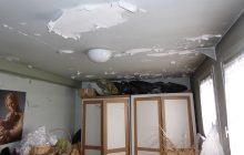 Le plafond s'effrite à cause de l'humidité