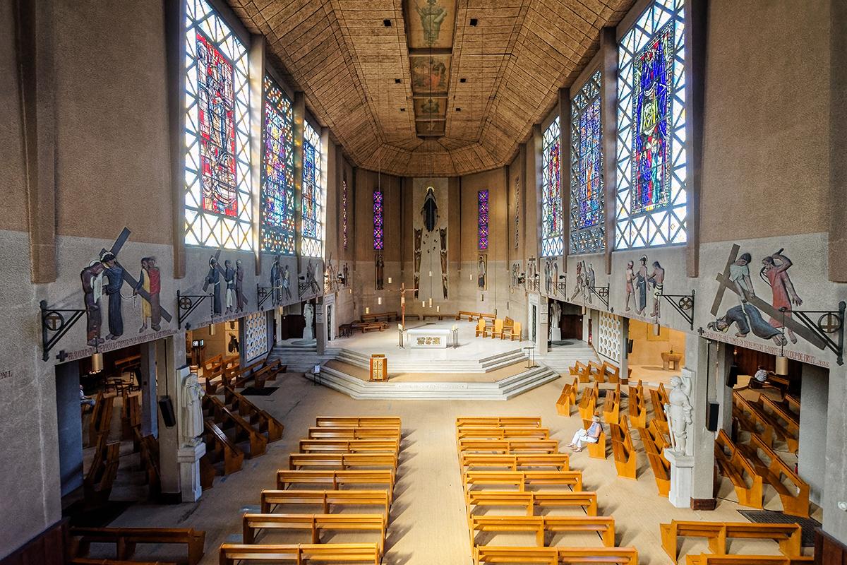 Vue intérieure de l'église Sainte-Thérèse
