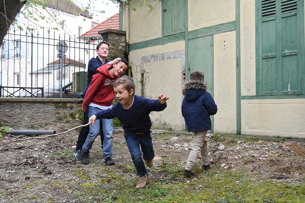 Enfants qui jouent dans la cour