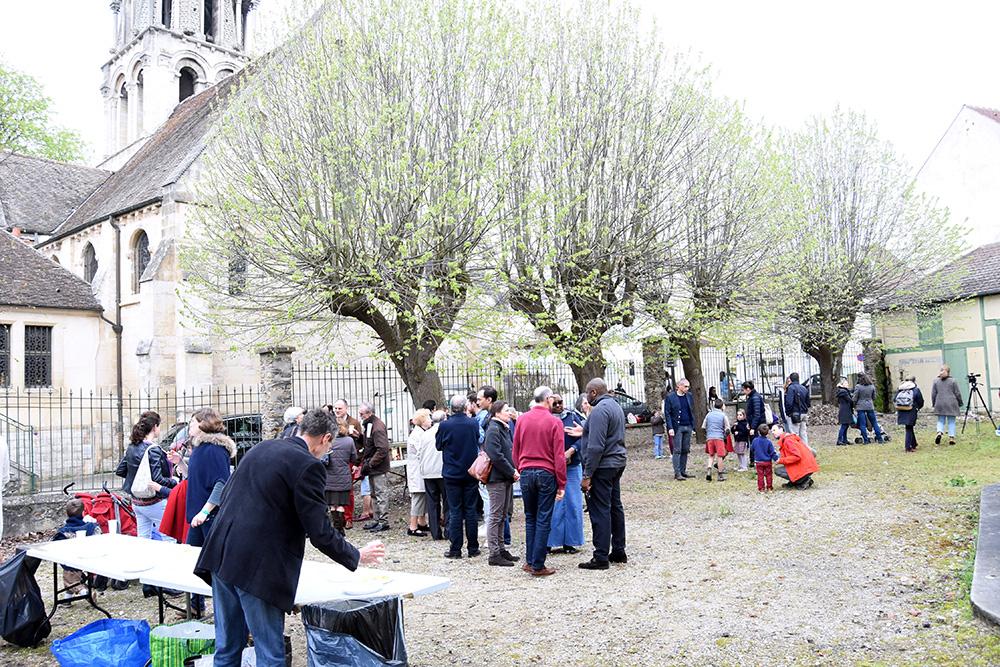 Apéritif après la messe à Vernouillet