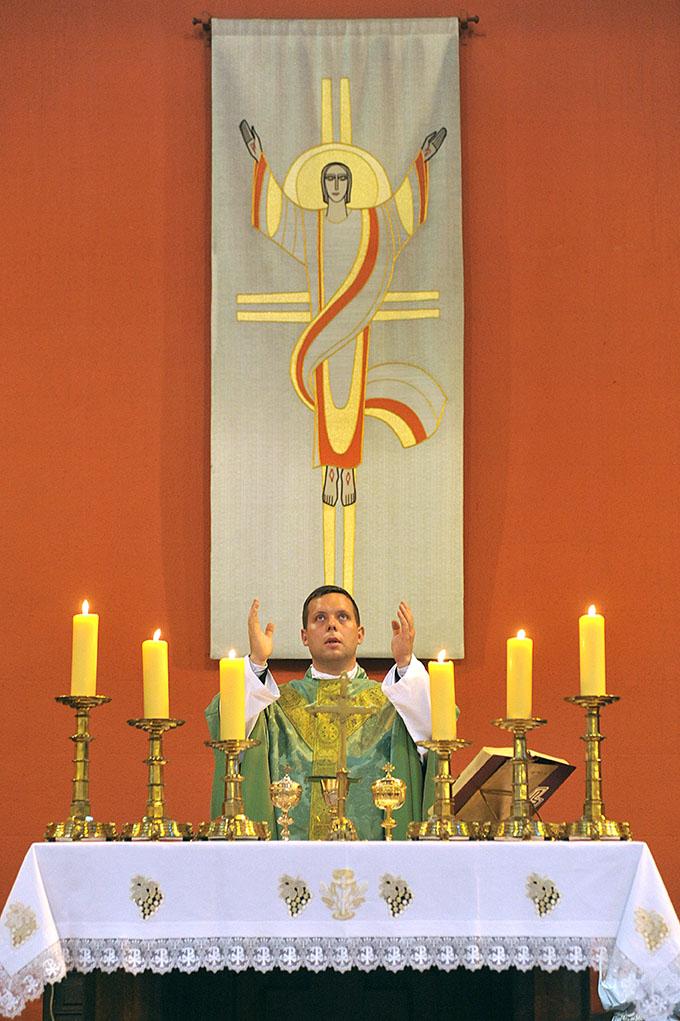Le vicaire Étienne l'Homme durant la messe.