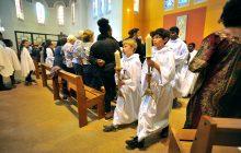 Enfants de chœur durant la messe.