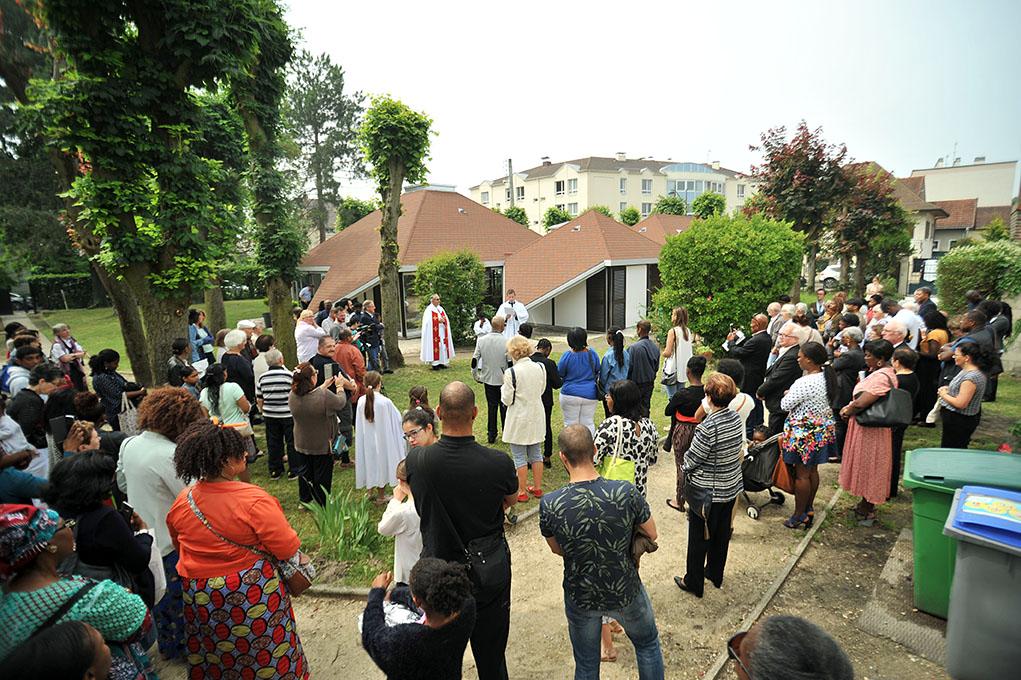 Les paroissiens se sont rassemblés en nombre en nombre pour assister à l'inauguration.