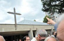 La toiture de la paroisse avec sa croix au sommet.