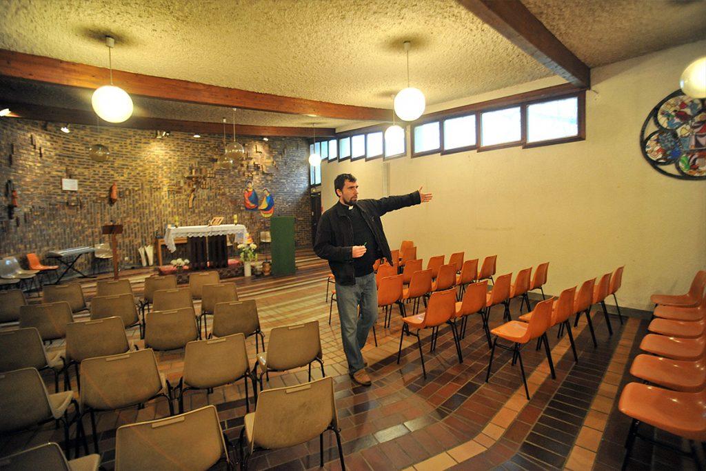 Le père Grzegorz Jez montre la chapelle Sainte-Claire à Mennecy