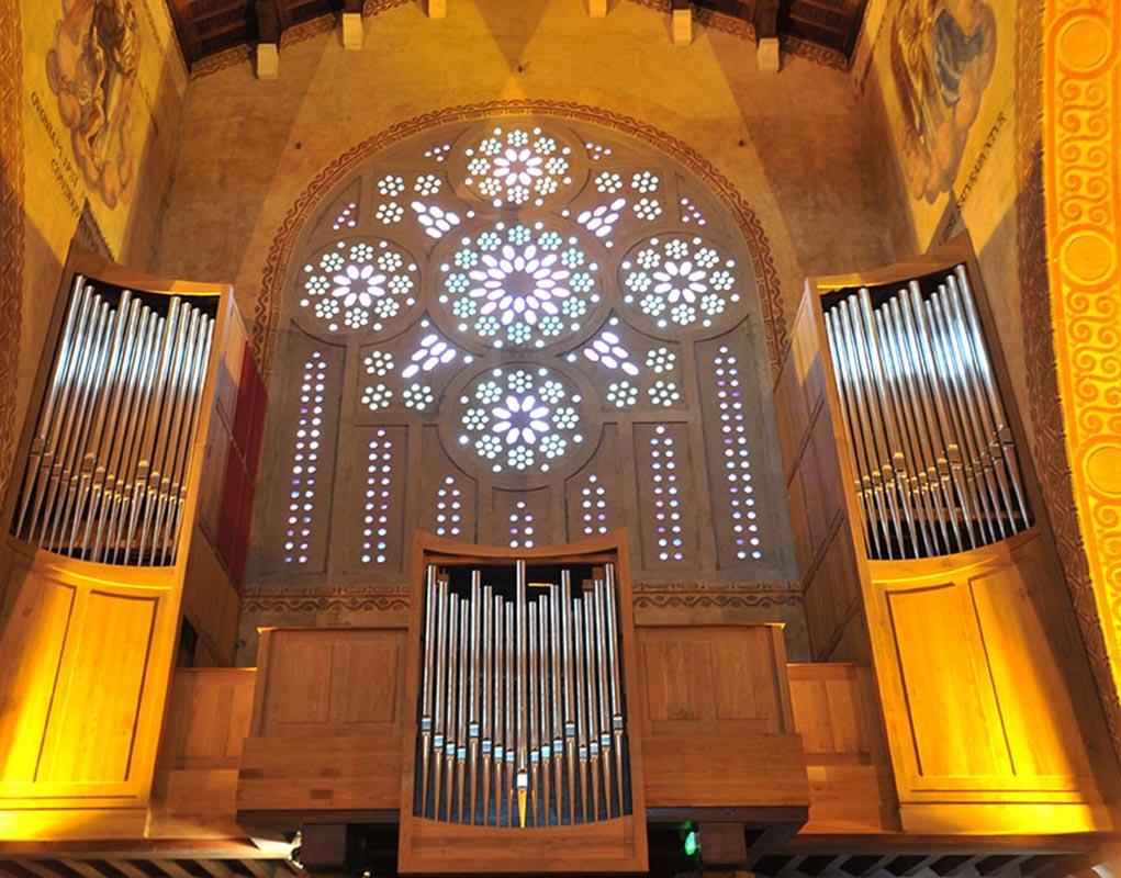 L'orgue de l'église Saint-Louis, installé sous l'une des rosaces.