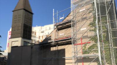 Des échafaudages sur le toit de Sainte-Marie-des-Peuples à Cergy