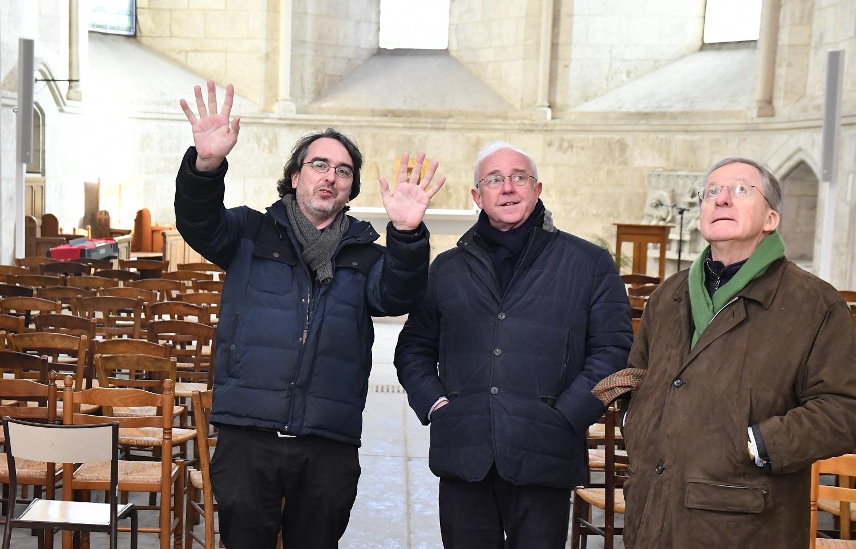 Brice Piechaczyk fait visiter à Bruno Kellet et Jérôme Tolot, l'ancien et l'actuel directeur général des Chantiers du Cardinal le Grand projet de Notre-Dame-de-l'Ouye conçu et réalisé par l'agence Enia.