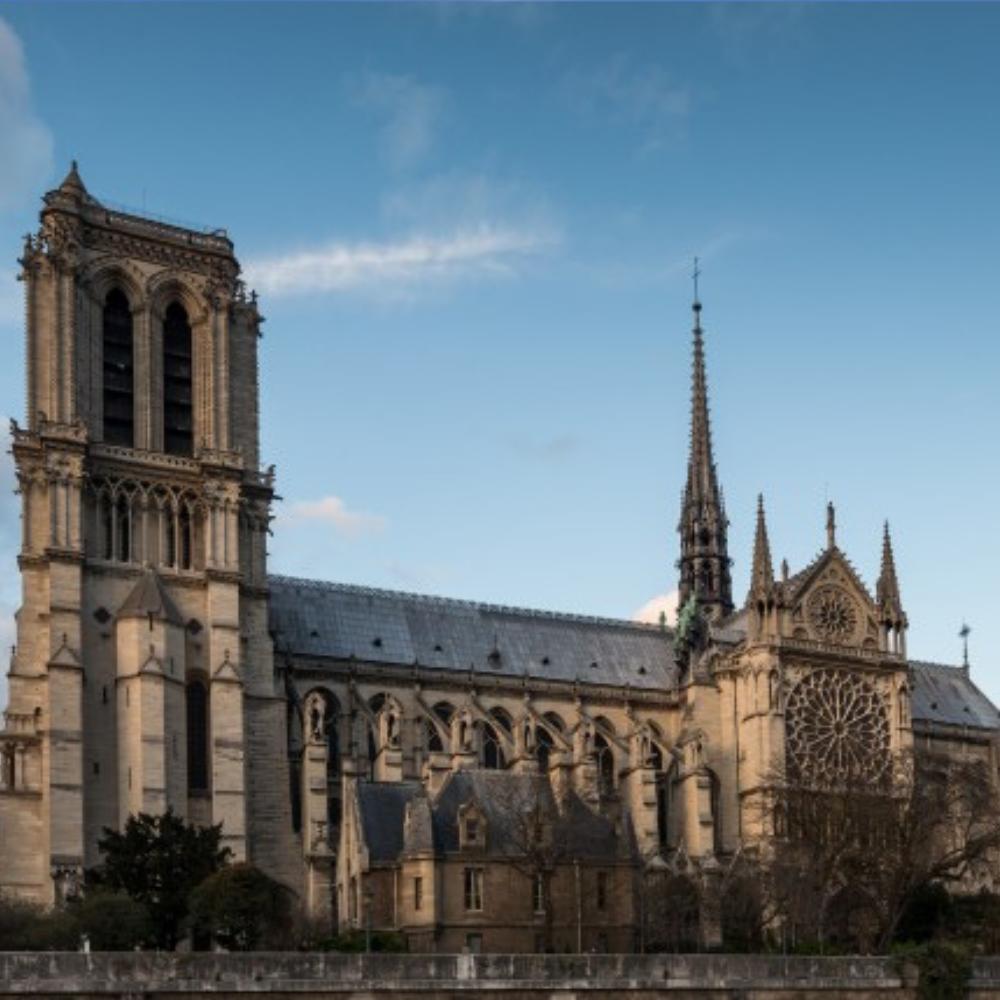 Le cardinal Verdier et la flèche de Notre-Dame de Paris