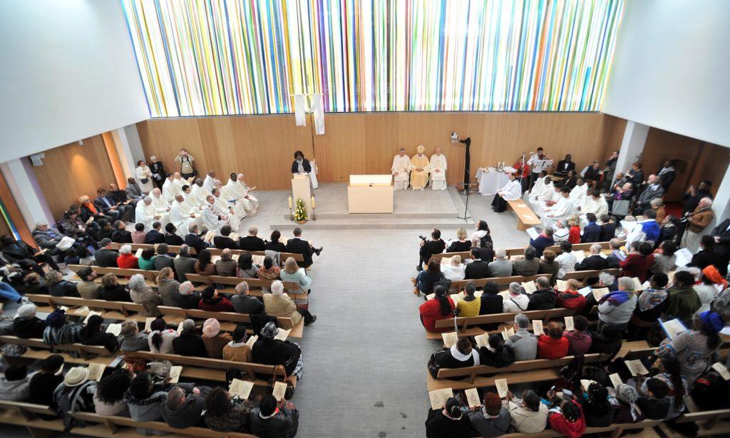 Mgr Stanislas Lalanne, évêque de Pontoise, consécre l'église Saint-Joseph à Montigny-lès-Cormeilles (Val-d'Oise) le 5 mai 2019. Le mur vitrail de Thierry Boissel représente la multicuturalité de la communauté paroissiale.