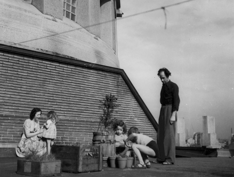Robert, Michèle Barriot et leurs enfants sur la terrasse de Sainte-Odile