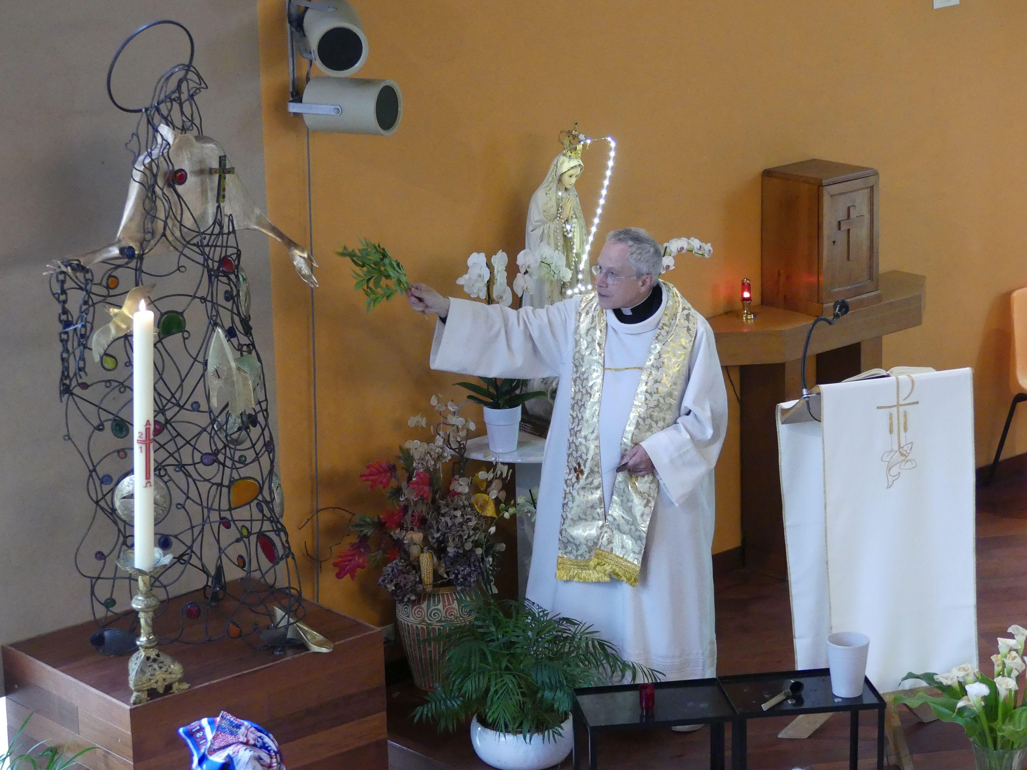 Jeudi de l'Ascension, le père de Kergolay a béni la statue de Sainte-Bathilde. Elle a été installée provisoirement au centre ecclésial de La Roseraie en attendant la construction de la nouvelle église de Chelles