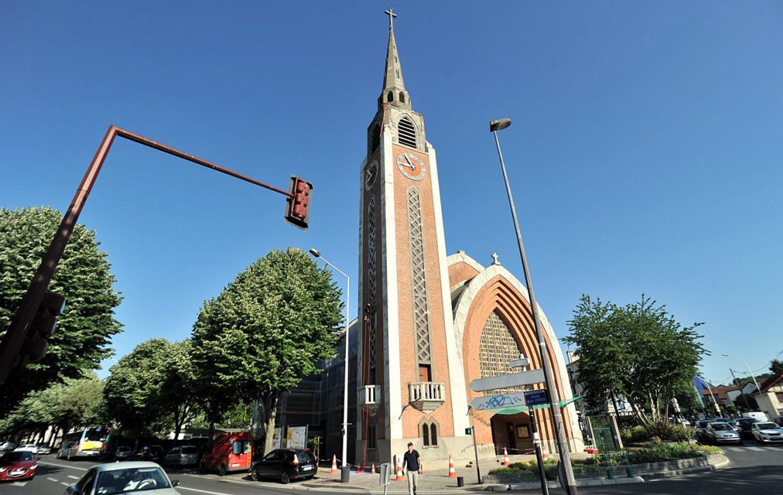 L'église Saint-Stanislas-des-Blagis à Fontenay-aux-Roses lors du ravalement de son clocher en 2017.